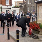 The Mayor lays the first wreath