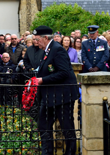 S/M Mike Milne lays the RNA wreath